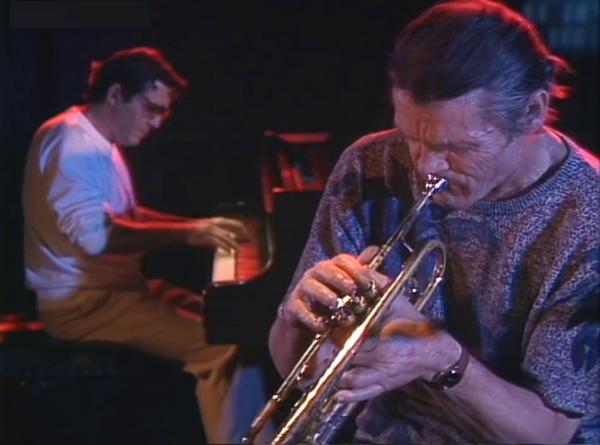 foto de chet baker viejo tocando la trompeta